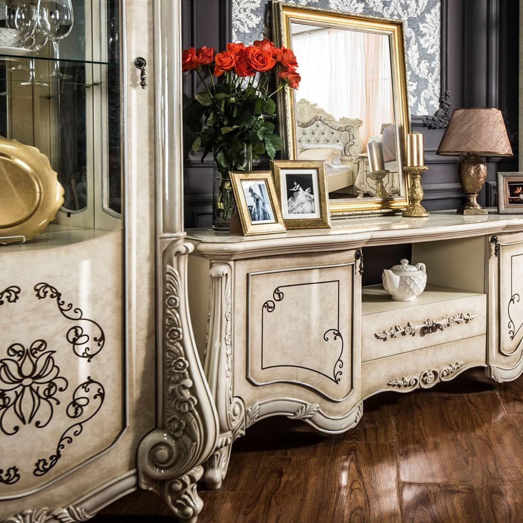 (+65 фото) Интерьер гостиной в золотом цвете
