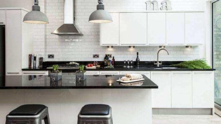(+75 фото) Белая кухня с черной столешницей фото в интерьере