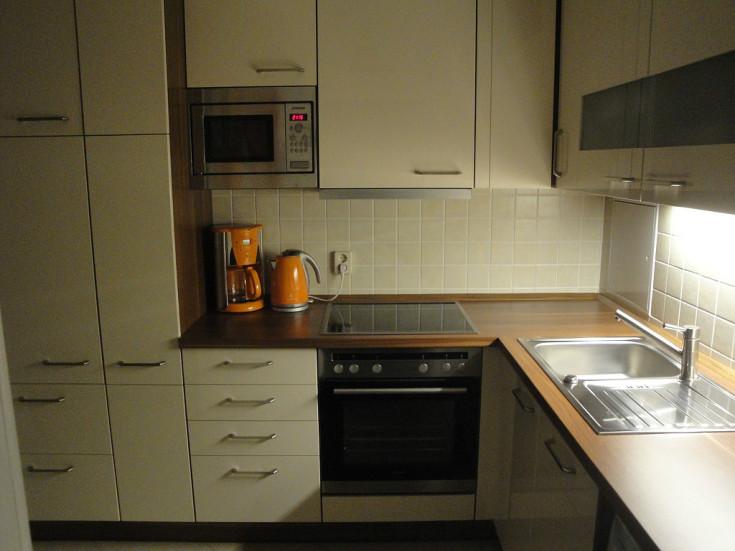 (+45 фото) Белые кухни с деревянной столешницей в интерьере